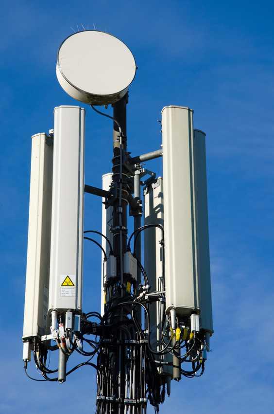 Weisse Mobilfunk-Antenne vor blauem Himmel